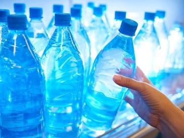 Polacy piją wodę. I dobrze